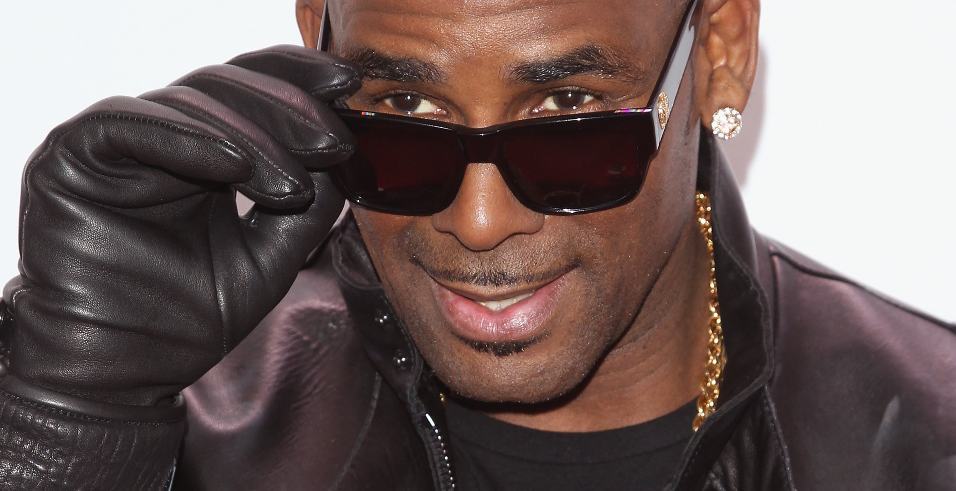 R Kelly, 49, reportedly dating 19-year-old, social media goes in!
